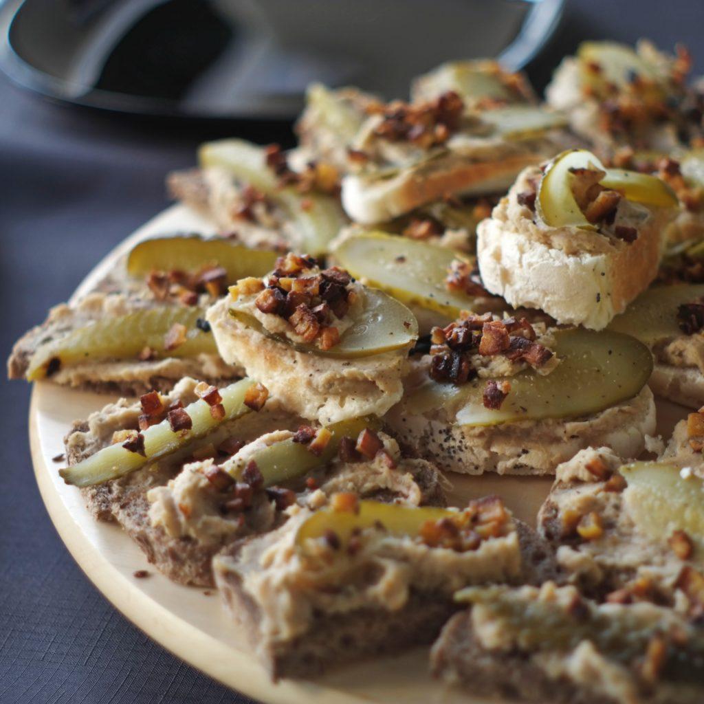 Kanapeczki z pastą z fasoli i skwarkami